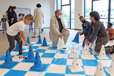 Rainer Eichhorn mit Schülern der Adam-Ries-Grundschule. Das Spielen macht allen Spaß.