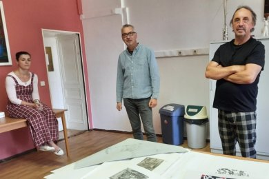 Geschäftsführerin Ina Klemm, der Leiter der Waldenburger Jugendkunstschule, Olaf Richter, und der Künstler Thomas Heinicke (von links) haben die Kunstwerkstatt aus der Taufe gehoben.