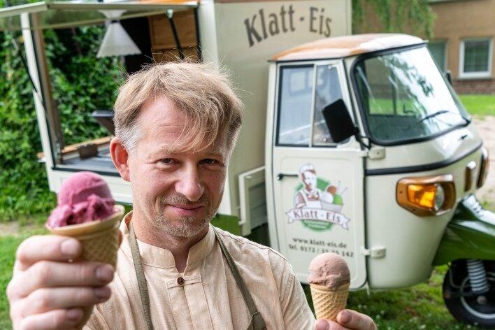 Mit seinem Eismobil steuert Rico Klatt meist Gegenden an, in denen es kein Eiscafé gibt. Auf seinem Grundstück in Frankenau betreibt er an den Wochenenden einen kleinen Eisgarten, um etwas für den Ort zu tun.