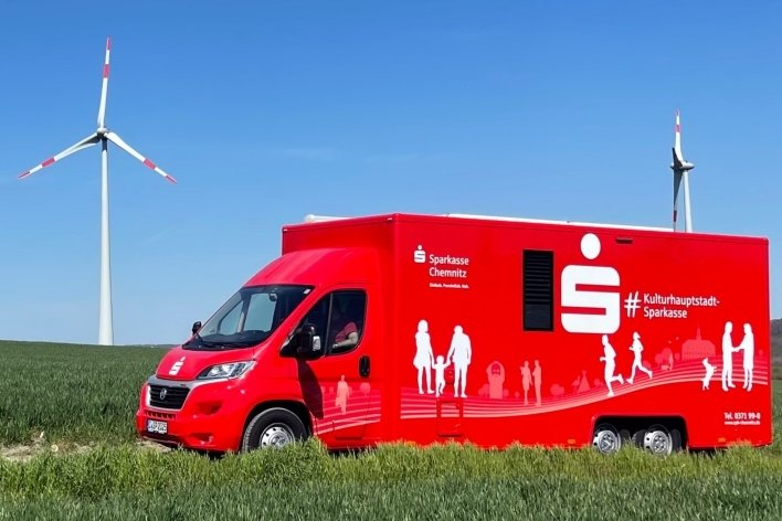 Knallrot und doch keine Feuerwehr: Die mobile Filiale der Sparkasse Chemnitz ist künftig rund um Chemnitz unterwegs.