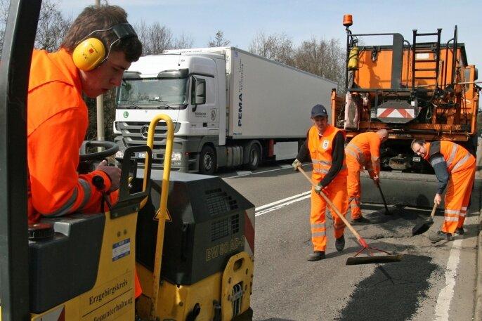 """<p class=""""artikelinhalt"""">Offizieller Startschuss für die Straßenflickung im Landkreis: Das Team der Straßenmeisterei Zöblitz begann am Dienstag damit in Reitzenhain auf der B 174. </p>"""