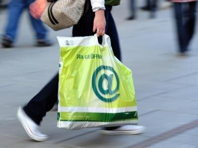 Tüten aus Plastik gehören zum Einkauf wie der Kassenzettel. Doch als Müll landen sie allzu oft im Meer.