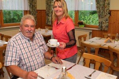 Vereinsvorsitzender Andreas Abendroth genießt schon mal einen Kaffee, den ihm Viktoriia Podgorodetska serviert.