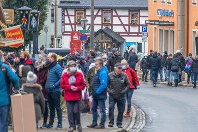 Da die Hauptstraße - anders als zur Seiffener Weihnacht - nicht gesperrt ist, drängen sich die Besucher auf den Gehwegen. An den Grill- und Glühweinbuden gibt es Warteschlangen. Einige Tagestouristen halten weder den Mindestabstand ein, noch tragen sie eine Mund-Nase-Bedeckung.