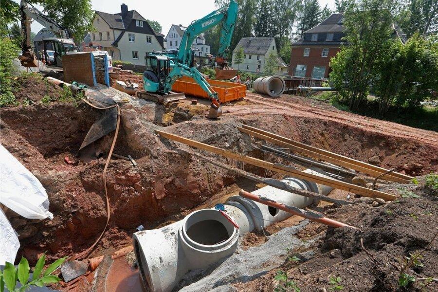 Für den neuen Durchlass unter der Bundesstraße 173 in Oberlungwitz liegen die Stahlbetonrohre in der Erde.