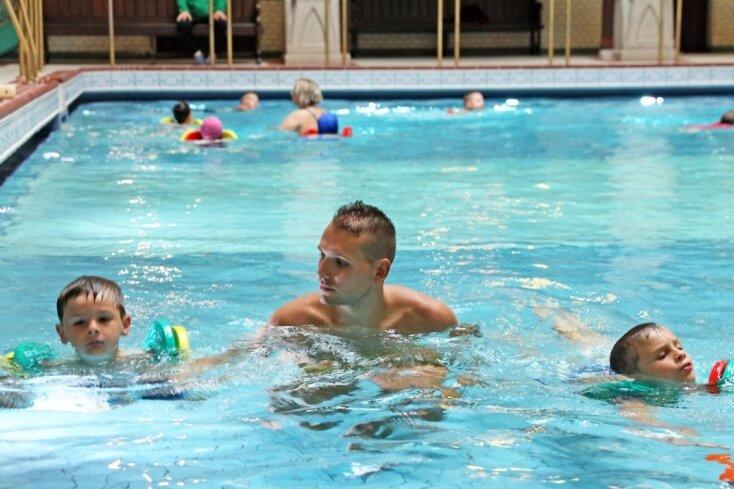 Der Wasserballspieler Aljosa Bakovic (Mitte) bringt Luc (rechts) und Lucas (links) in der ersten Stunde bei, wie sie sich ohne Probleme über Wasser halten können. Neun Kinder hatten sich für den Kurs angemeldet.