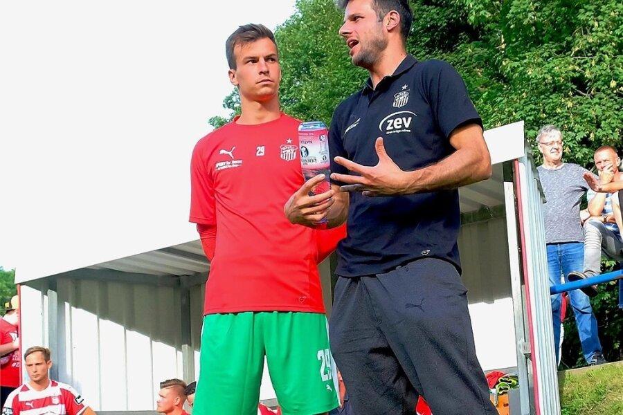 Zwickaus Torwarttrainer Steffen Süßner (rechts) im Gespräch mit Keeper Matti Kamenz.