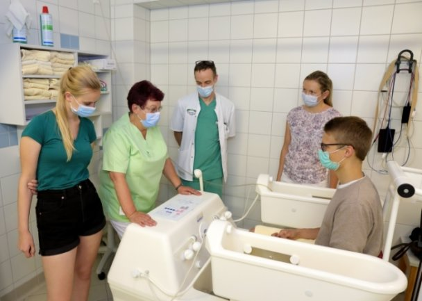 Henriette Zimmeck (l.), Leonhard Schwager und Carolin Specht (v. r.) ließen sich von Mediziner Mathias Baldauf durch die Kliniken Erlabrunn führen. Hier erklärt Ulla Richter das Vier-Zellen-Bad.