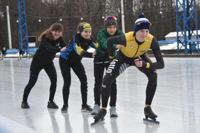 Chemnitz Eisschnelllauf im Küchwald Foto v.l.n.r. Emelie Vogelsang, Laura Zillger ,Peter Kühnl, Richard Schreiter.