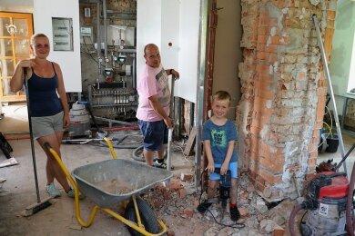 """Im Haus von Benjamin Gottschling und Jasmin Maibach in Meerane soll mit Unterstützung des Vereins """"Leser helfen"""" die Fußbodenheizung ausgetauscht werden. Darüber freut sich auch Sohn Tyler."""