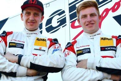 Dominik Fugel (links) und sein jüngerer Bruder Marcel starten gemeinsam in der ADAC-Tourenwagenserie.