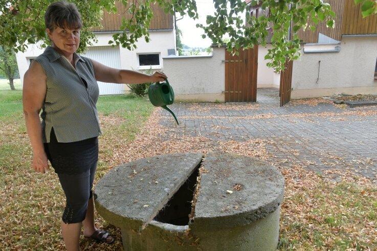 Carmen Helmich am Brunnen von Mathias Becker in Erlicht: Der Brunnen sei zwölf Meter tief und führe kein Wasser mehr.