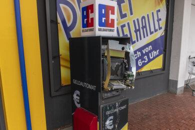 In der Nacht zu Sonntag haben Unbekannte auf noch nicht geklärte Weise einen Geldautomaten vor einer derzeit geschlossenen Spielothek an der Auer Straße in Stollberg aufgesprengt.