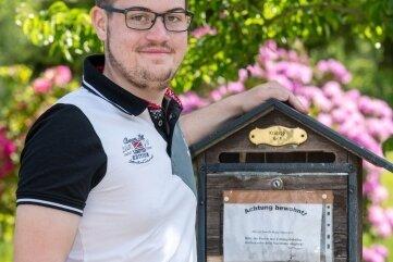 Martin Kralapp am hölzernen Briefkasten in Städten.