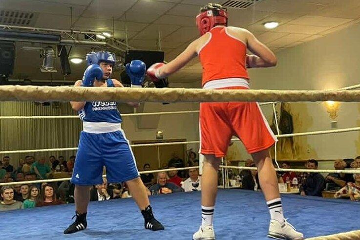 Der Klingenthaler Marlon Seidel (links) besiegte den weitaus größeren Maximov Anisimov aus Kamenz.