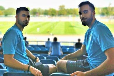 Beim Pokalspiel des CFC am Samstag in Leipzig waren Okan Kurt (links) und Isa Dogan noch Zuschauer, weil ihre Spielberechtigung noch nicht vorlag. Die beiden Neuzugänge wären durchaus eine Hilfe gewesen, denn die hohen Temperaturen sind sie von ihrem Ex-Verein in der Türkei gewöhnt.