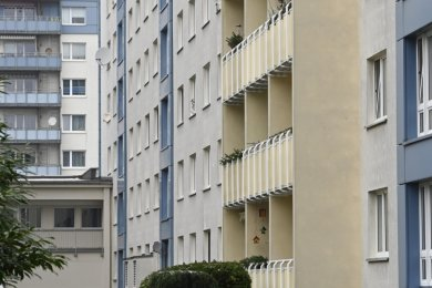 Wo andere Städte mit Altstadtcharme glänzen, ist Chemnitz von Großwohnhäusern aus DDR-Zeiten geprägt. Einer der markanten Achtgeschosser am Rosenhof (hier rechts) soll nun erneut modernisiert werden.