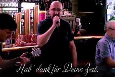 """Frank Wirth bei seinem ersten Auftritt im Youtube-Café. In der """"Scheune"""" spielte der singende Wirth seinerzeit den Reinhard-Mey-Titel mit Klaus Rudolph (links) und Joachim Hopfer ein."""