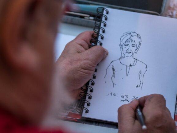 """Besucher der Kriminacht konnten vom Schwarzenberger """"Phantombildzeichner"""" Ralf Alex Fichtner karikierte Portraits anfertigen lassen."""