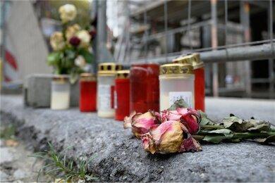 Blumen und Kerzen am Tatort für die Opfer der Messerattacke: Seit die Ermittler einen bekannten Islamisten als Tatverdächtigen präsentierten, häufen sich die Fragen umso mehr.