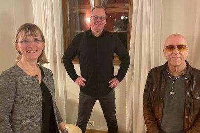 """Anett Günther, Kai Suttner und Toni Krahl (von links) organisierten die erste digitale """"Hautnah""""-Folge im Wasserschloss Klaffenbach."""