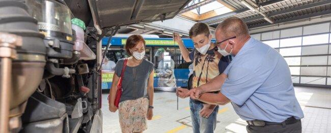 Wie überzeugt man einen 13-Jährigen? Busfahrer Dirk Fritzsch gewährt Ryan Lohse und dessen Mutter den Blick in den Motorraum.