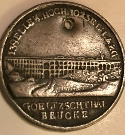 Auf der Vorderseite der jetzt aufgetauchten Medaille wird die Größe der Brücke in einem Ellenmaß angegeben, auf der Rückseite finden sich Angaben zu wichtigen Brückenbau-Daten.