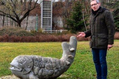 Sebastian Liebold mit der Fisch-Skulptur von Rainer Maria Schubert am Falkeplatz. Sie ist nicht nur auf einer neuen Webseite des Geschichtsvereins zu finden, sondern als 3-D-Druck auch in der Jakobikirche.