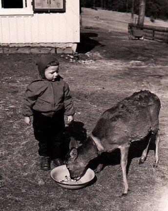 Dieter Wohlrab als kleiner Junge mit dem Reh, das die Familie seines Großonkels gepflegt hat.