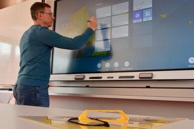 Schulleiter Andreas Böhm an der neuen interaktiven Tafel im Physikkabinett der Geschwister-Scholl-Oberschule.