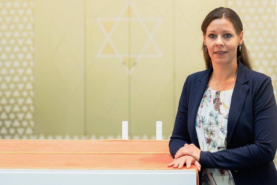"""Rebecca Seidler ist die Vorsitzende der Liberalen Jüdischen Gemeinde von Hannover. Zwei Jahre nach dem Anschlag auf die Synagoge in Halle am 9. Oktober 2019 sagt sie: """"Wir haben nun Sicherheitskonzepte vorliegen, die uns schonungslos vor Augen führen, welche Schutzmaßnahmen theoretisch notwendig wären, um uns vor Anschlägen besser zu schützen."""""""