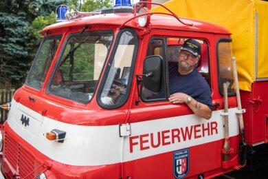 Wehrleiter Ullrich Eichler im Führerhaus des alten Roburs, dem derzeitigen Einsatzfahrzeug der Feuerwehr in Nöbeln.