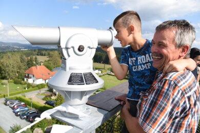 Christian Samsel aus Erlbach und der kleine Jeremy Hoyer genießen den Ausblick.