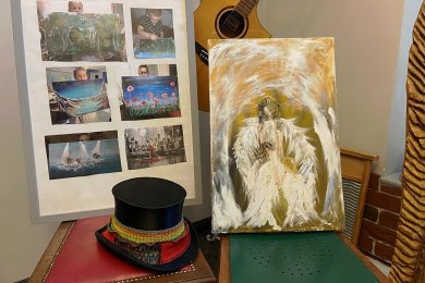 Im Kirchberger Kulturcafé halten drei Engel Einzug. Im Schaufenster sind in den nächsten Wochen weitere Kopien von Attila Szabos Bildern zu sehen.