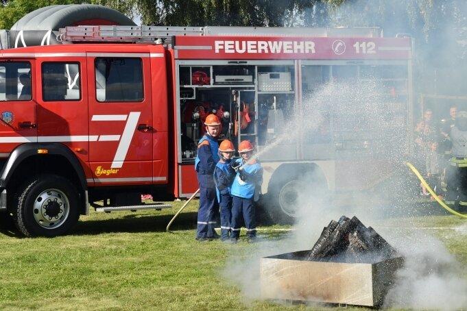 Bei einer Einsatzübung zum Tag der offenen Tür bei der Feuerwehr Freiberg zeigte auch die Jugendfeuerwehr, was sie kann.