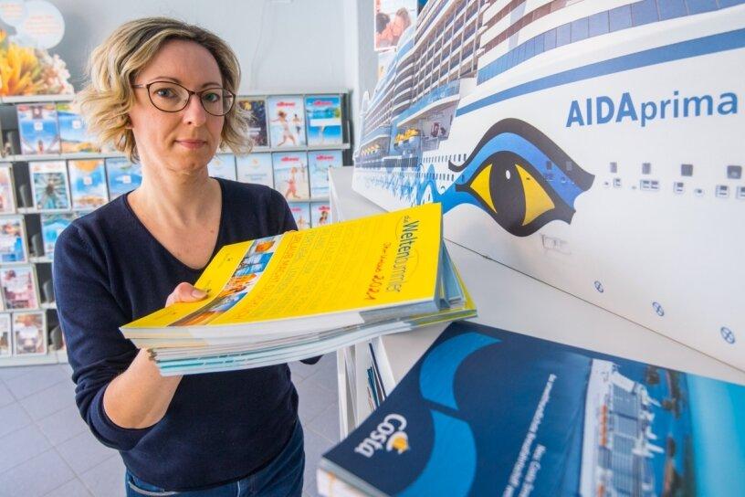 """Carla Krajewski hat infolge der Coronakrise ihr Reisebüro """"Die Urlaubsplaner"""" in Lugau schließen müssen. Die Reisekataloge werden von ihr nun weggeräumt."""