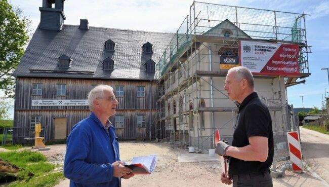 Volkmar Müller (l.) und Ralf Gumprecht an der Fundgrube Wolfgangmaßen. Sie rechnen Mitte Juli mit der Fertigstellung des Neubaus.