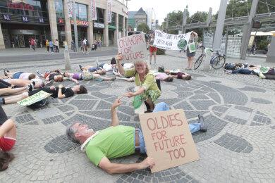 """Elisabeth Tanzer und Dieter Rappenhöner (vorn) beteilgten sich an der """"Fridays for future""""-Aktion"""