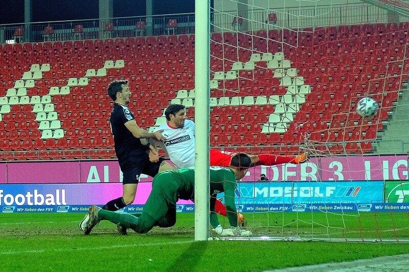 Ronny König (weißes Trikot) traf zum zwischenzeitlichen 2:0 für die Zwickauer.