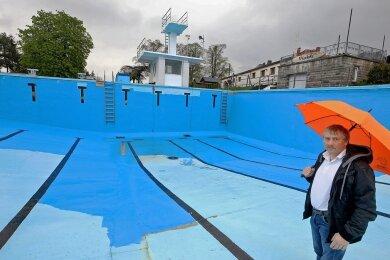 Das Becken in Gersdorf erhält einen neuen Anstrich. Wenn es aber wie am Freitag regnet, so Bürgermeister Erik Seidel, ruhen die Arbeiten.