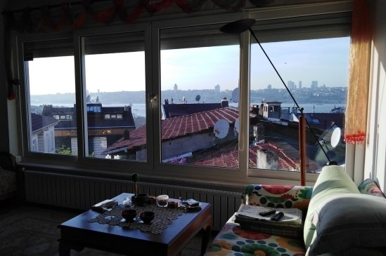 Blick aus dem Fenster der Wohnung im Stadtteil Üsküdar über den Bosporus gen Westen nach Besiktas.