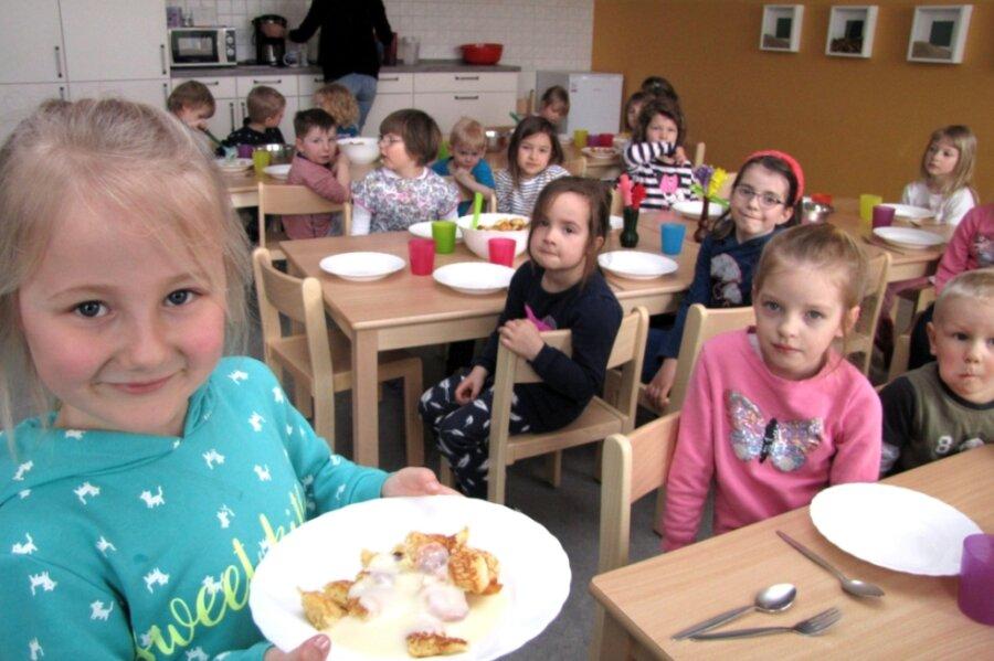 Die fünfjährige Juli liebt das neu entstandene Kinder-Restaurant. Alle essen gemeinsam.