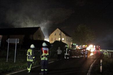 Nach Polizeiangaben war Dienstagnacht ein Radlader in einer Scheune des Hofes in Oberwinkel aus noch ungeklärter Ursache in Brand geraten.