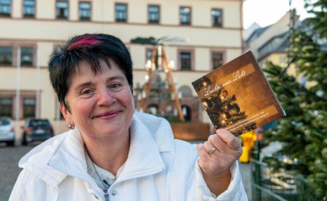 Petra Rosin, die zweite Vereinsvorsitzende des Gemischten Chors Penig, zeigt die Weihnachtslieder-CD, die der Chor aufgenommen hat.