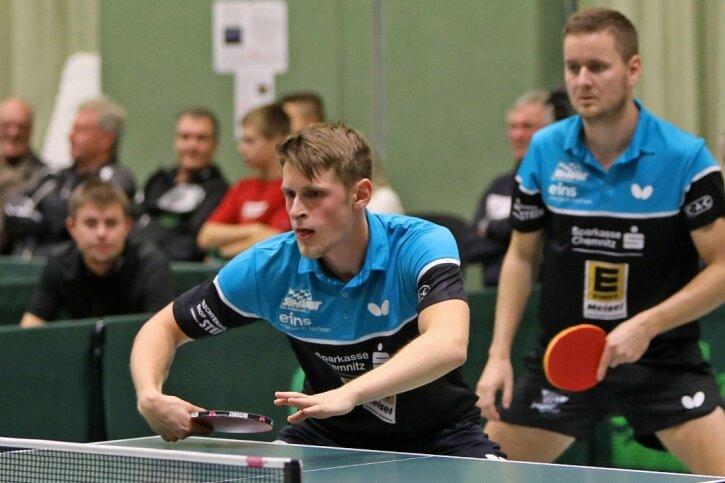 Die Hohenstein-Ernstthaler Johann Koschmieder (vorn) und Michal Benes starteten im ersten Satz ihres Doppels gegen Borna Kovac und Roman Rosenberg vom TTC Wohlbach einen furiosen Lauf.