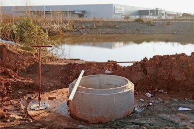 In etwa zwei Wochen soll die neue Löschwasserentnahmestelle am Regenrückhaltebecken nahe der Fabrik des Autozulieferers Meleghy (im Hintergrund) getestet werden.
