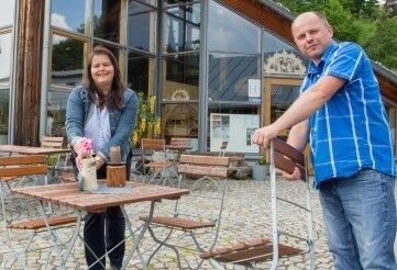 Mandy und Jens Wagner öffnen am Freitag die Außengastronomie. Auch das Abenteuerbergwerk nimmt seinen Betrieb auf.