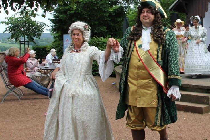 Verena Kermes als Gräfin Cosel und Thomas Kühn als August der Starke flanierten im Schlosspark Lichtenwalde.