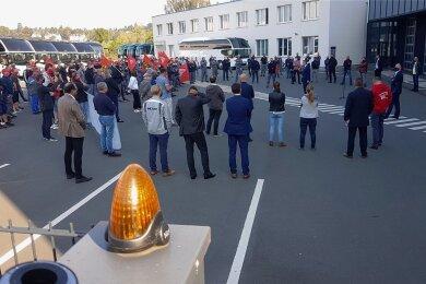 Auf dem Betriebsgelände des Plauener MAN-Betriebes haben sich am Dienstagvormittag die Mitarbeiter des MAN Bus Modification Center zu einer Betriebsversammlung getroffen.