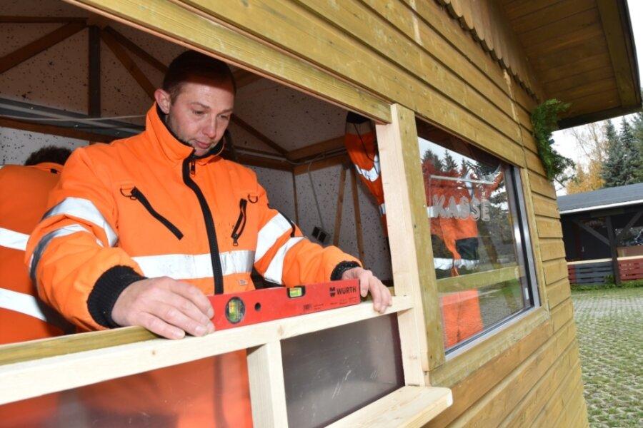 Lutz Venus von den Stadtwerken am Kassenhäuschen für die Eisbahn. Die soll am heutigen Freitag um 17 Uhr wie geplant eröffnen. Ab Dezember könnte auf dem Gelände auch ein Karussell stehen.